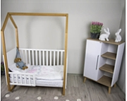 Pokój dziecięcy Drewex Mały domek łóżeczko 120x60 cm z wyjmowanymi szczeblami buk / biały + szafka Basilio dąb Burlington/biały